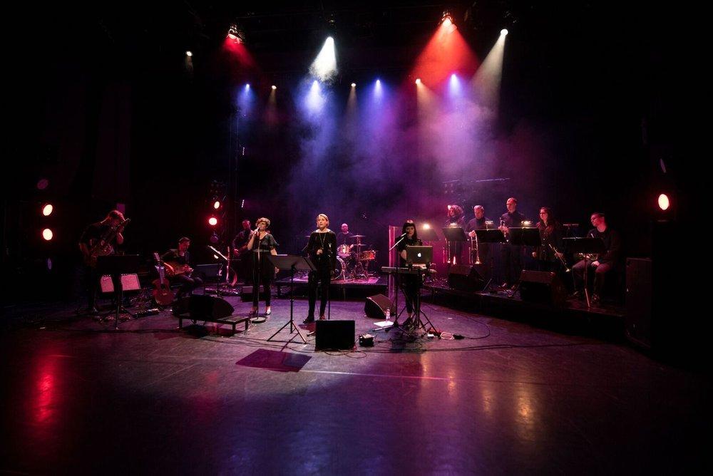 Aina kun mahdollista, yhtye keikkailee aina vaskikvintetillä vahvistettuna. Silloin lavalla on jopa 11 muusikkoa. Kuva: Lasse Parkkila