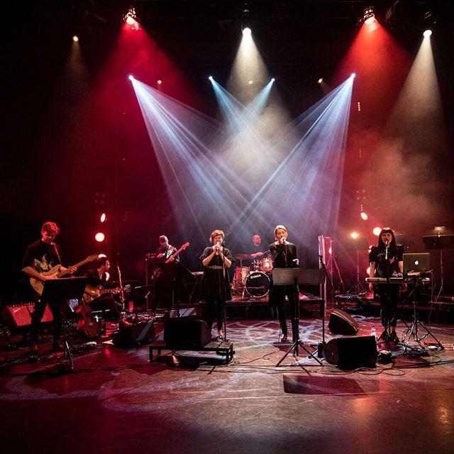 """Arosa Ensemble @arosaensemble on yhtye, joka esittää Edith Södergranin runojen ympärille sävellettyä musiikkia. """"Huomasin heti, että runot muuttuisivat päässäni musiikiksi varsin helposti"""", kertoo sävellyksistä ja sovituksista vastaava Marja Ahlsved.  Yhtyeen uusin albumi Granit julkaistaan maaliskuussa. Kaksi sinkkua, Stjärnorna ja Sjuka Dagar on julkaistu nyt syksyn aikana. Lue Ahlsvedin haastattelu saitilta ja kuuntele kappaleet, linkki nyt biossa! Kuva: Lasse Parkkila #arosaensemble edithsödergran #runous #musiikki #artist #nymusik #musikpåsvenska"""