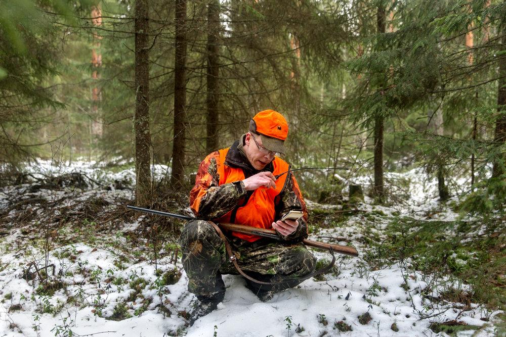 """Pinja Nikki:  Kaiku , 2017.  """"Jukka informoi muita metsästäjiä radiopuhelimellaan. Hän seuraa koiransa GPS-sijaintia älypuhelimensa sovelluksella. Vaikuttaa siltä, että koira on löytänyt lähistöltä kaksi hirveä."""""""