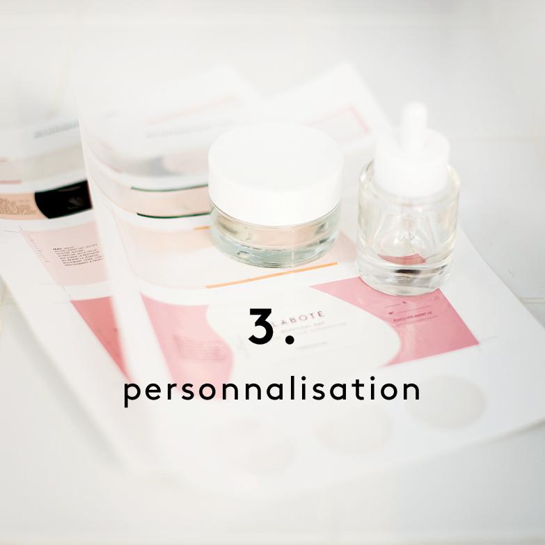 Vous choisissez la texture de votre soin, son parfum et la couleur de votre pot, qui portera votre nom.