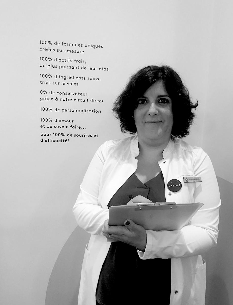 Yaelle Cohen - Diplômée de la faculté de Grenoble, Yaëlle a travaillé 15 ans en pharmacie avant de rejoindre Laboté en 2017. Dr en pharmacie, ce qu'elle aime plus que tout c'est le contact avec ses clientes. Passionnée par l'aromathérapie et la botanique elle excelle dans la création de vos formules végétales.