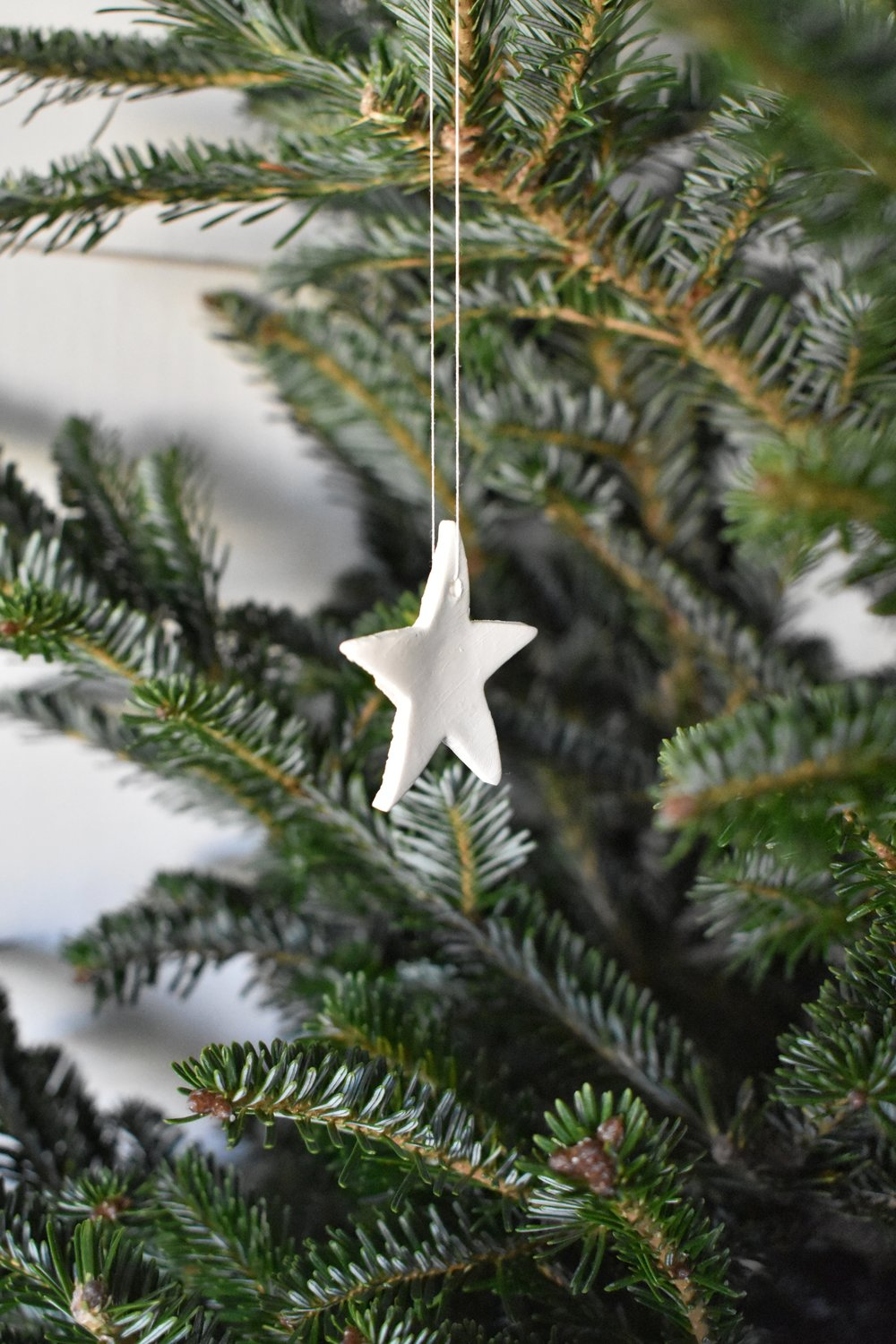 Easy air dry clay star ornament. Perfect for the rustic farmhouse, woodland, scandinavian style home for the Christmas season.