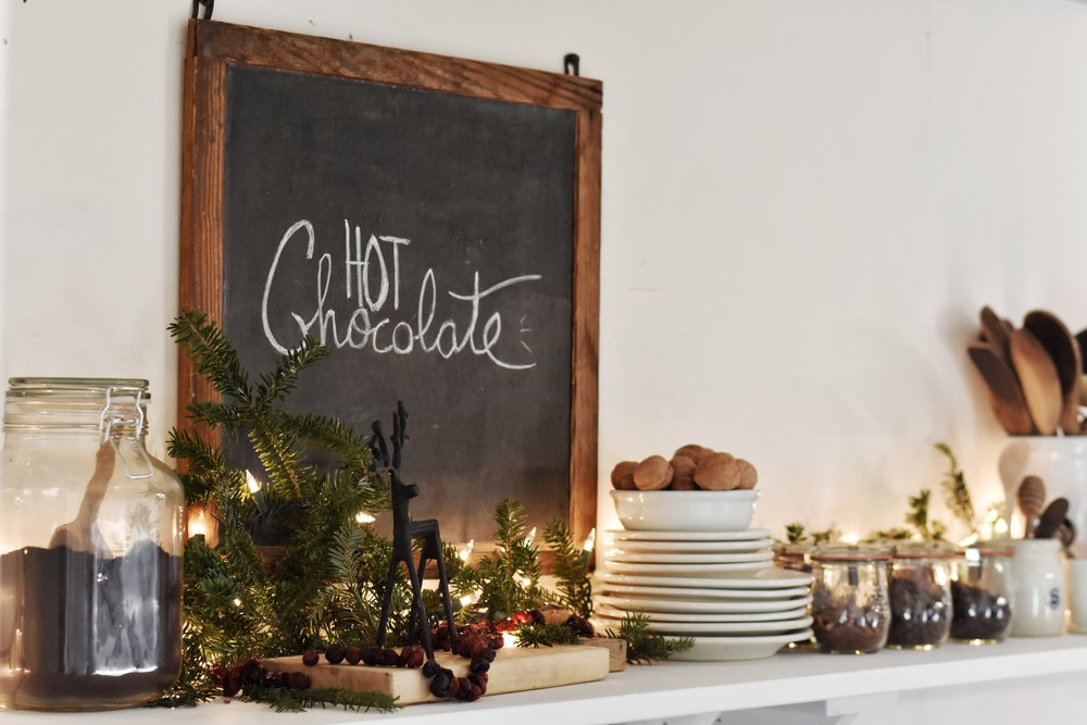 How to preserve Christmas greenery in this beautiful rustic Christmas style. Farmhouse, Rustic, Woodland, Simple Christmas
