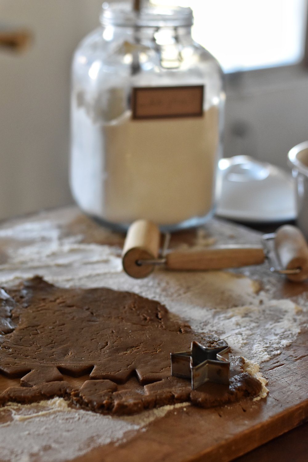 Farmhouse, woodland, rustic style Christmas home and tips on how you can create a cozy living atmosphere in the month of December. Homemade Gingerbread men. Tasha Tudor recipe