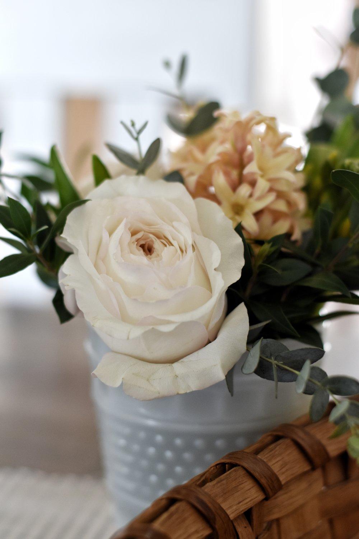 Simple and Easy Ways to Show Hospitality to those around us. www.rockyhedgefarm.com