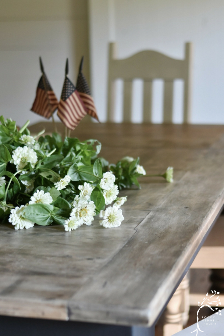 Simple Patriotic Summer Farmhouse Decor in the Kitchen #summerfarmhouse #patrioticdecor #simplefarmhouse #july4th