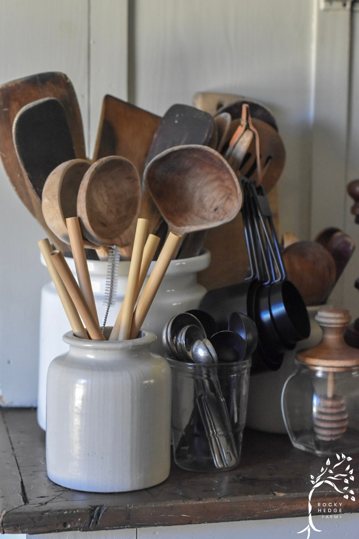 Simple alternatives for replacing the plastic utensils in  the kitchen - great for anyone that is trying to live a zero waste, sustainableeco-friendly liftestyle.