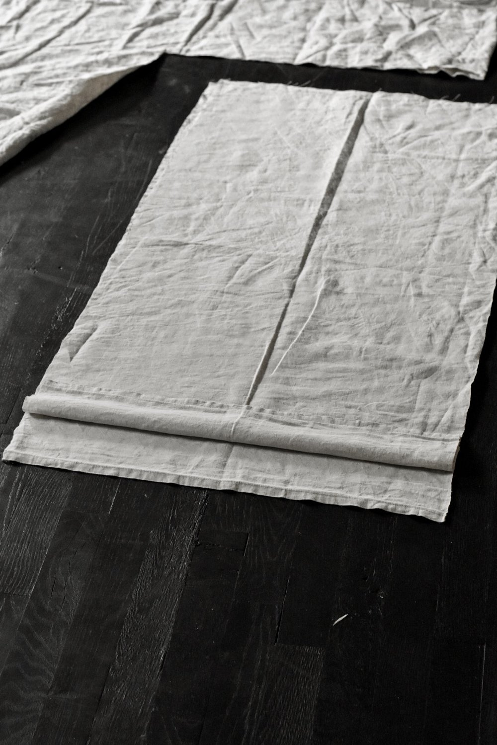 How to make linen pillow covers using a linen tablecloth. Simple, basic, easy and quick pillow cover tutorial | Rocky Hedge Farm