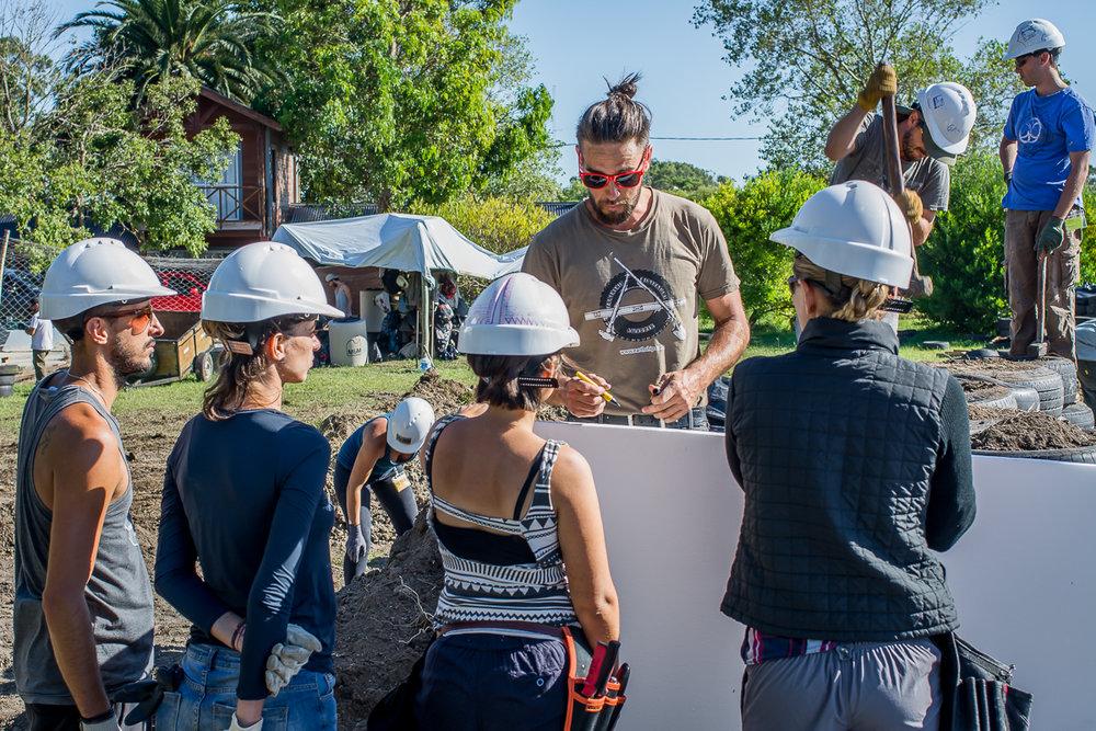 UES.2018.03.06.construcción terraplén mujeres trabajando academia-5.jpg