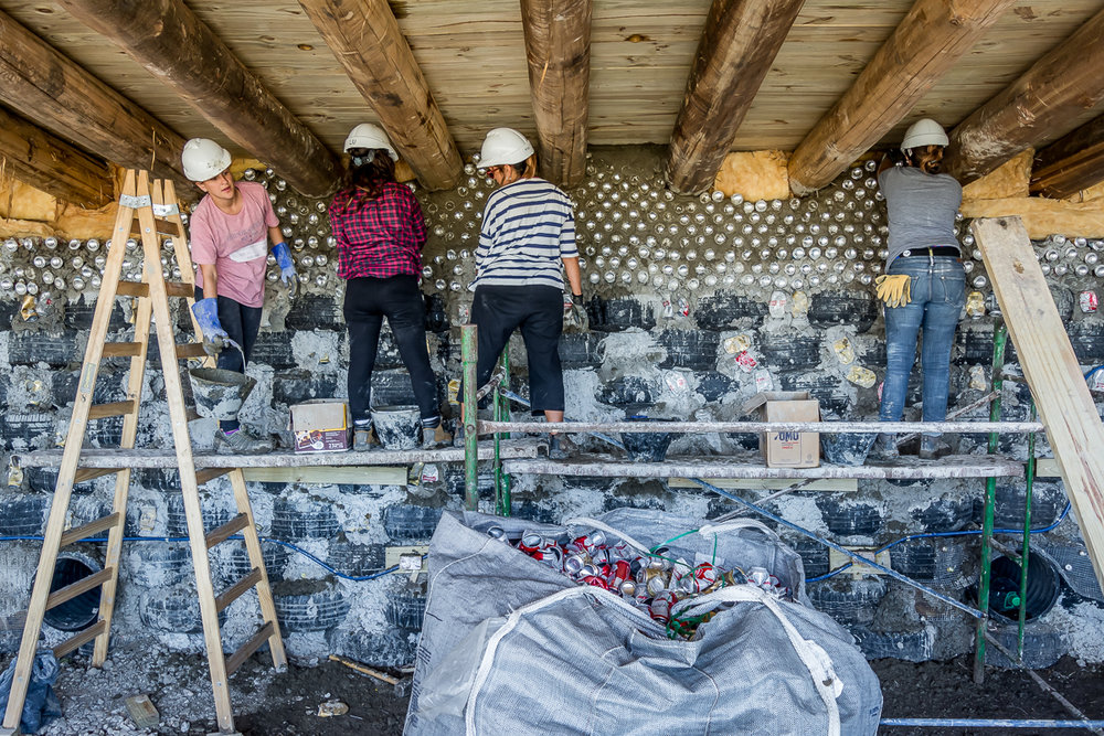 UES.2018.03.15.obra estudiantes trabajando muro neumáticos adentro.jpg