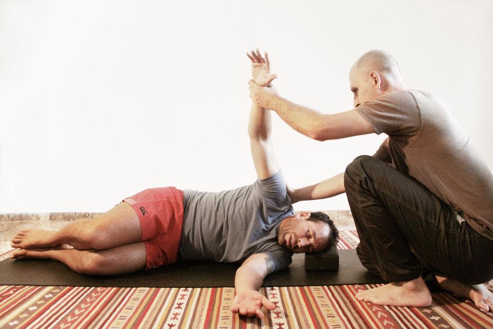 Ayudando a equilibrar en cuerpo a través de la guía de la manos.