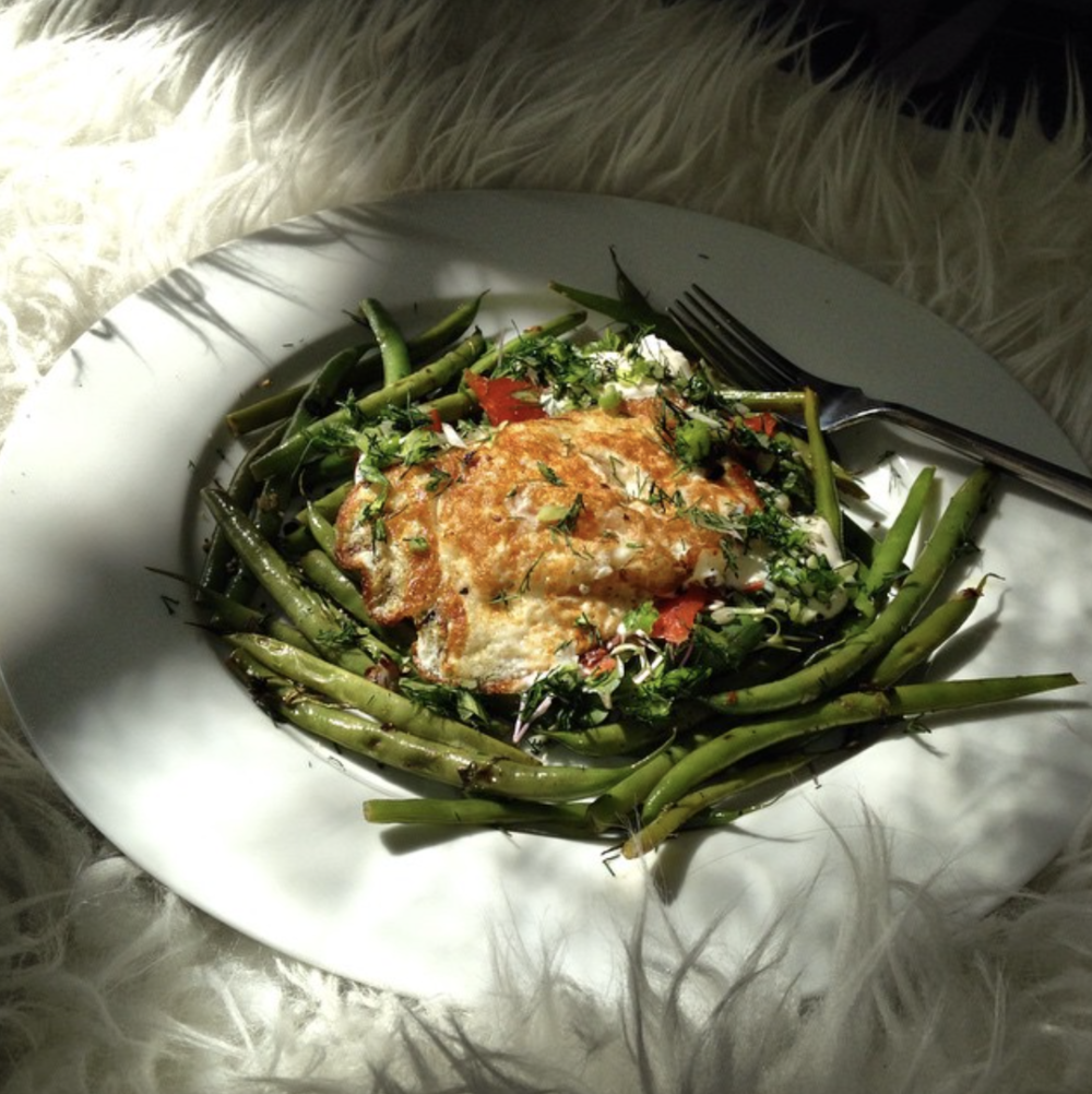 Sautéed green beans with garlic, smoked salmon on a bed of radish sprouts with black pepper and hach éed dill 'n spring onion, with an egg fried in avocado oil