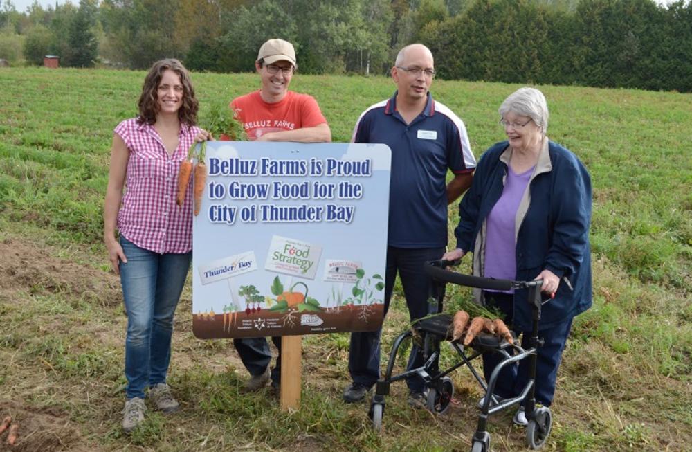 Légende : Partenariat alimentaire réussi entre la Ville de Thunder Bay, les services de soins de longue durée et le producteur régional Belluz Farms