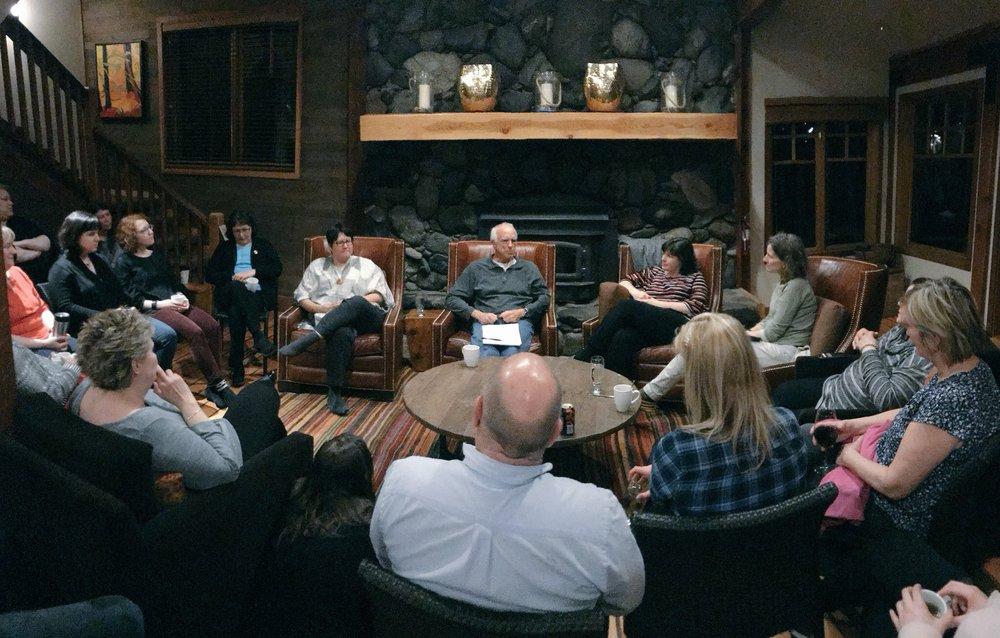 Le soir venu, les participants ont pu entendre les conseillers de Nourrir la santé Melanie Goodchild, Hal Hamilton et Wendy Smith à l'occasion d'une discussion au coin de l'âtre.