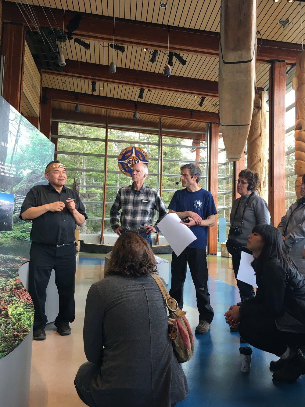 Bill, du centre culturel Squamish-Lil'Wat, parle au groupe de son expérience de vie au contact de la terre.