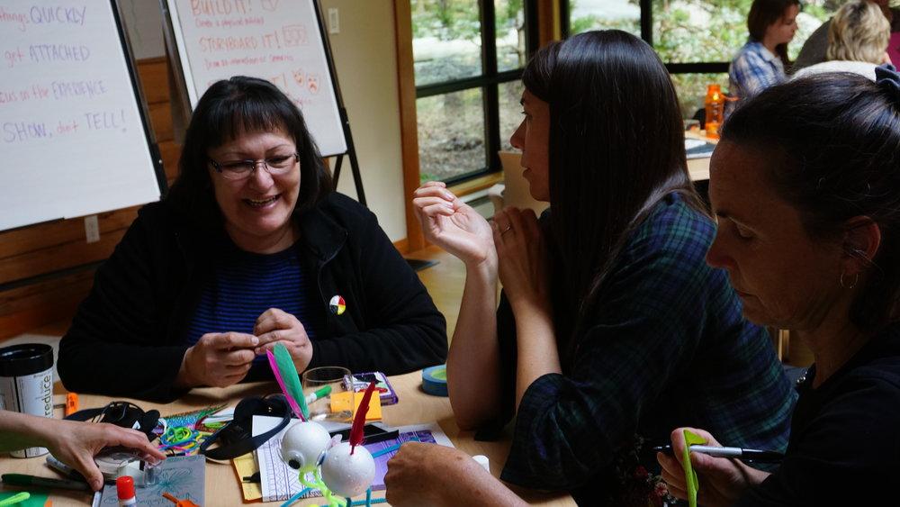 Les membres de l'équipe du projet sur l'alimentation traditionnelle coordonnent leurs efforts pour représenter le changement de cap du projet.
