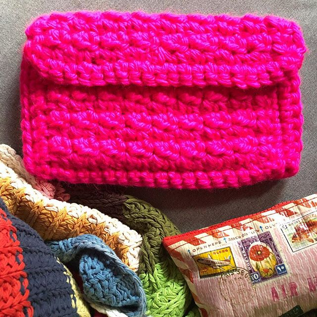 A sleeping baby + cramps on the couch day so I'm trying to make a dent in my very large WIP pile — I almost forgot I made a version of the #supercozyclutch in this suuuuuper hot pink from @lionbrandyarn! Just weaved in the ends and now for the big question — what kind of buttons (3 of them) should I sew on? Brown wood? A shiny gold or silver? A plastic pop of color? I would love to hear your ideas! 💗 #withlovefrommolly #nofilter