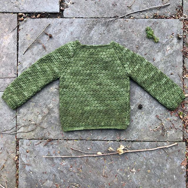 Finished this sweater for my little guy last night, just in time for him to wear it for St. Patrick's Day tomorrow! 🍀 It's the #sophieraglanpullover by #katyanovikova from the book #modernbabycrochet, a really simple pattern that produces a really sweet result! I used two skeins of @quinceandco Phoebe in Earth, a fantastic dark green (a little darker than these pics show) with some variation in the dye saturation so it gives it a lovely mottled look. My only adjustment was using a 3.5mm hook instead of a 3.25mm to reach gauge, and I made the size 12-18 months because I wasn't sure I would have enough if I tried for the 18-24 month size (I bought the yarn for it before he was born when I thought I had more time left to work on crochet projects 🙃). Of course it juuuuuust fits him, so I guess he'll just have to wear it every day to make up for the lack of longevity! 💚 #forbabywithlovefrommolly