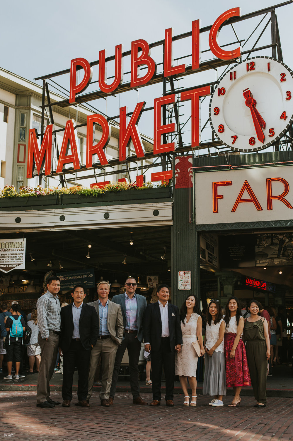wedding-party-in-front-of-seattle-pike-place-market-sign