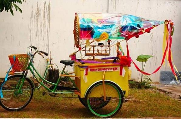 Anak Babek , cargo bike for children musicians, Roda Roda Soundsystem Bike Parade, Yogyakarta, Indonesia 2010. Lichen Kelp collaboration with Heri Dono.