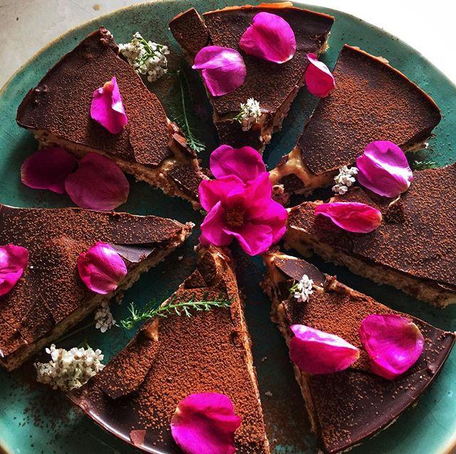 Rustic autumn vibes. Yummy raw vegan chocolate caramel tart #thesacredcookbook #bevegan #lovefood #vegan #vegansofig #healthyfood #healthy #vegetarian #veganlove #foodie #rawvegan #vegans #veganrecipies #inspiration #foodart #plantbased #tasty #healthylifestyle #veganfoodshare #yogafood #lovevegan #nurture #eatinghealthy