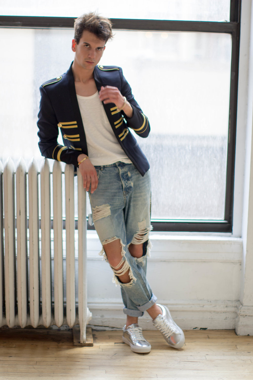 Blazer, tank, jeans, shoes: Zara. Bracelets: Cartier and Aldo