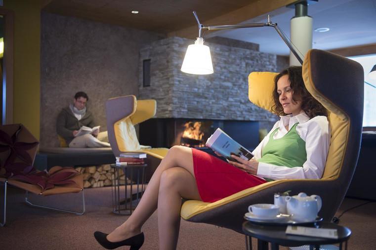 kaminlounge-mit-hoteleigener-bibliothek_954545.jpeg