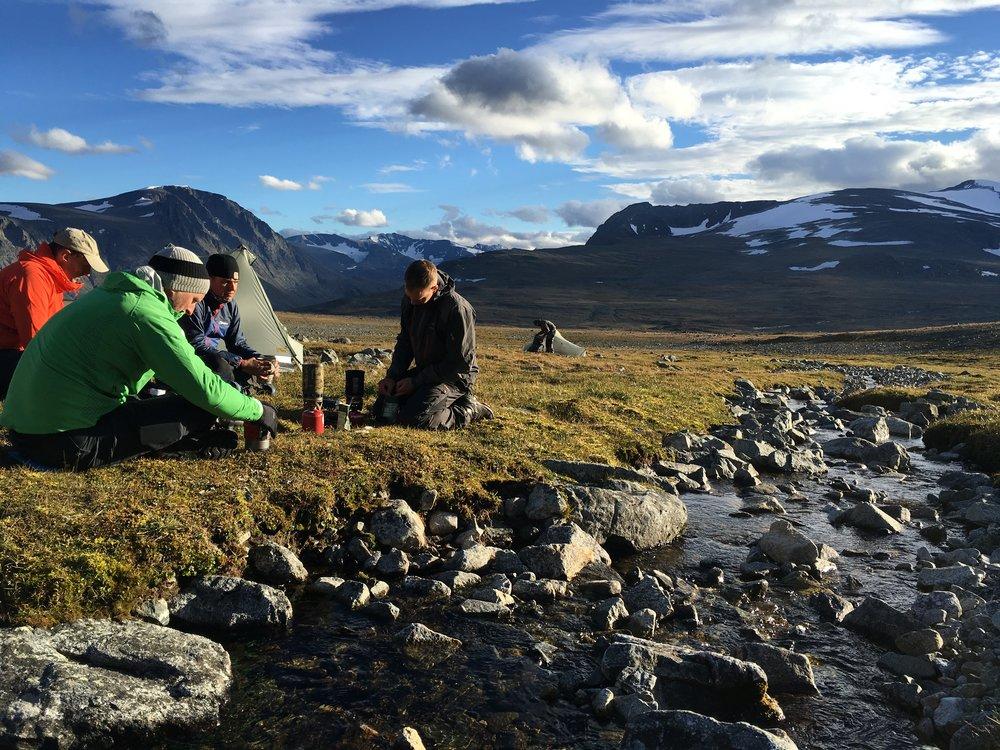 Lejrpladsen. Bækkene forgrenede sig mellem vores telte og det var sød musik at falde i søvn til dens rislen.