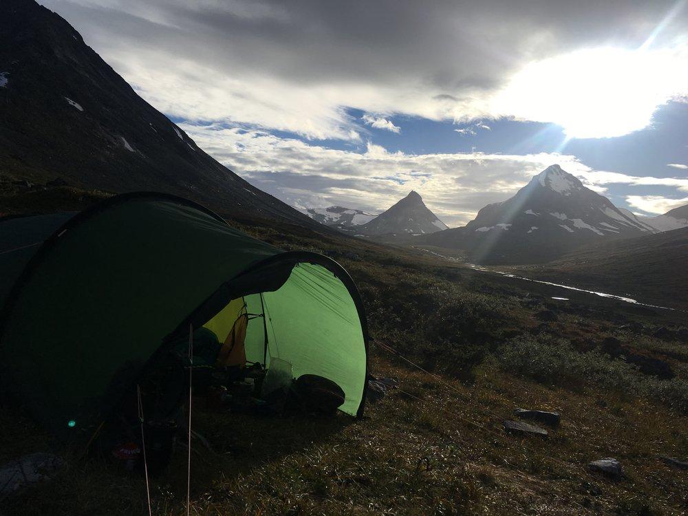 Eftermiddagssol og åbent telt.