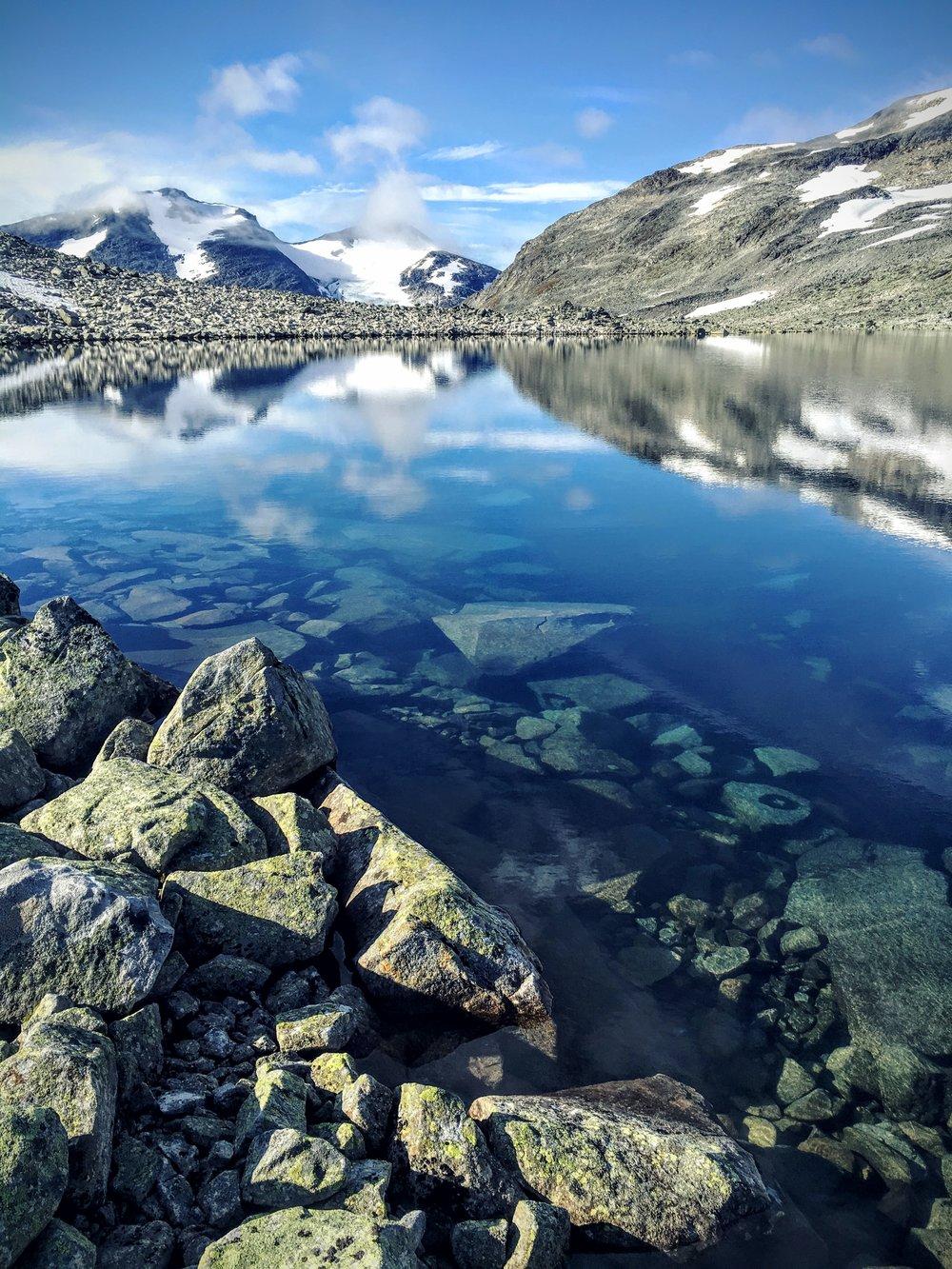 Fjeldsøen (uden fisk) Urdadalstjønne  og de to toppe:  Skarddalseggje og  Skarddalstinden