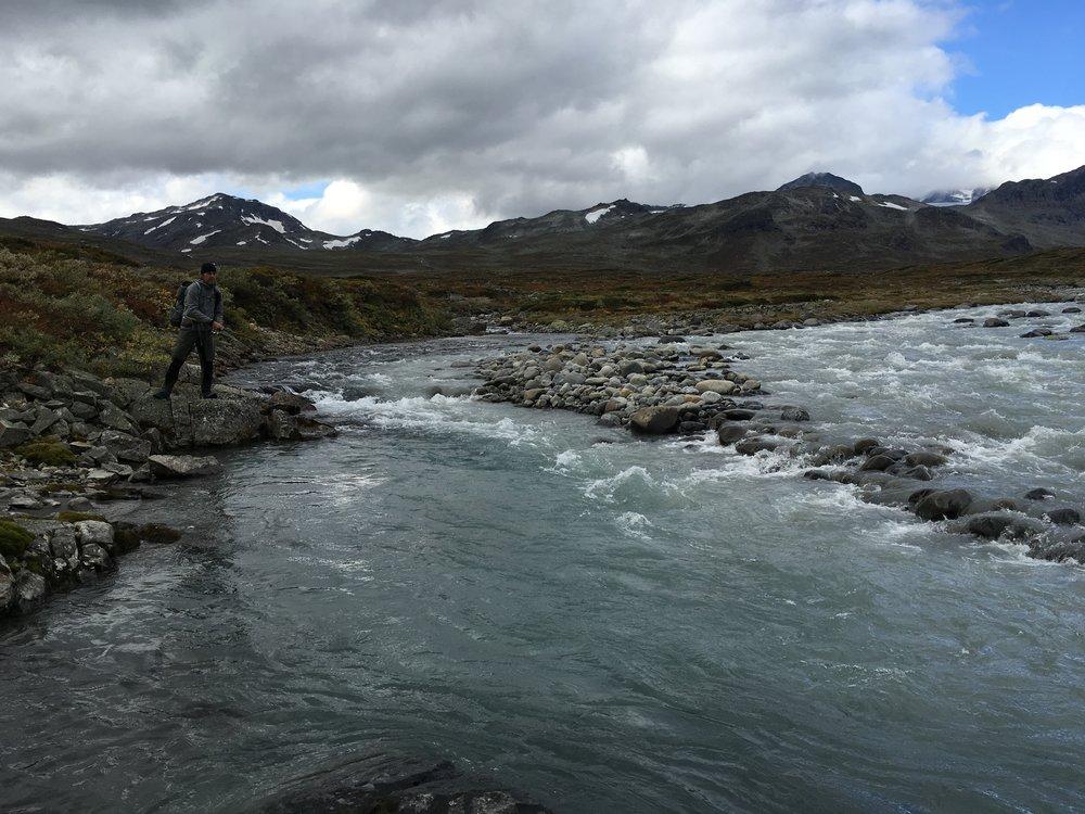 Niels forsøger sig også med fiskestangen. Selvom det ikke virker som et sted med fisk, var der utrolig meget aktivitet.