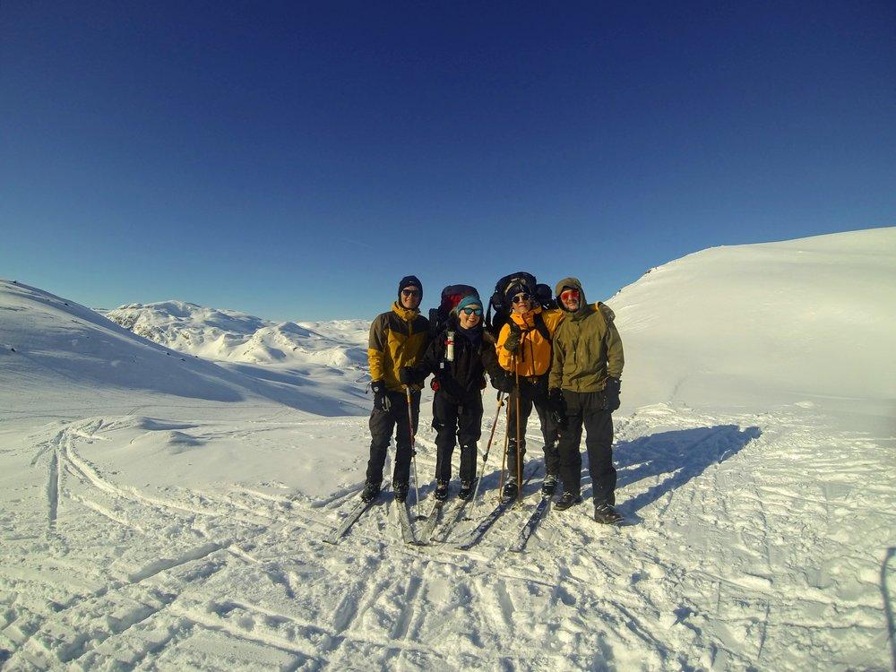4 mand høj med  Tyin- søen i baggrunden. Første dag på egenfærd og allerede badet i sol