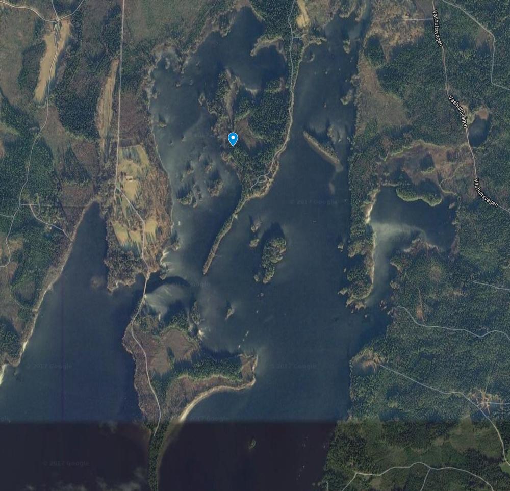 Huset ligger i et meget naturskønt område. Søen byder desuden på en masse små øer.