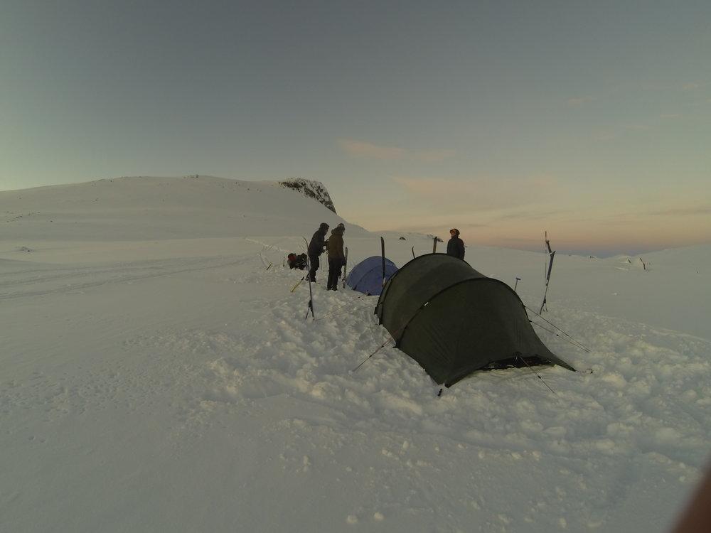 Teltet i brug en snefyldt aften i Norge, 2016