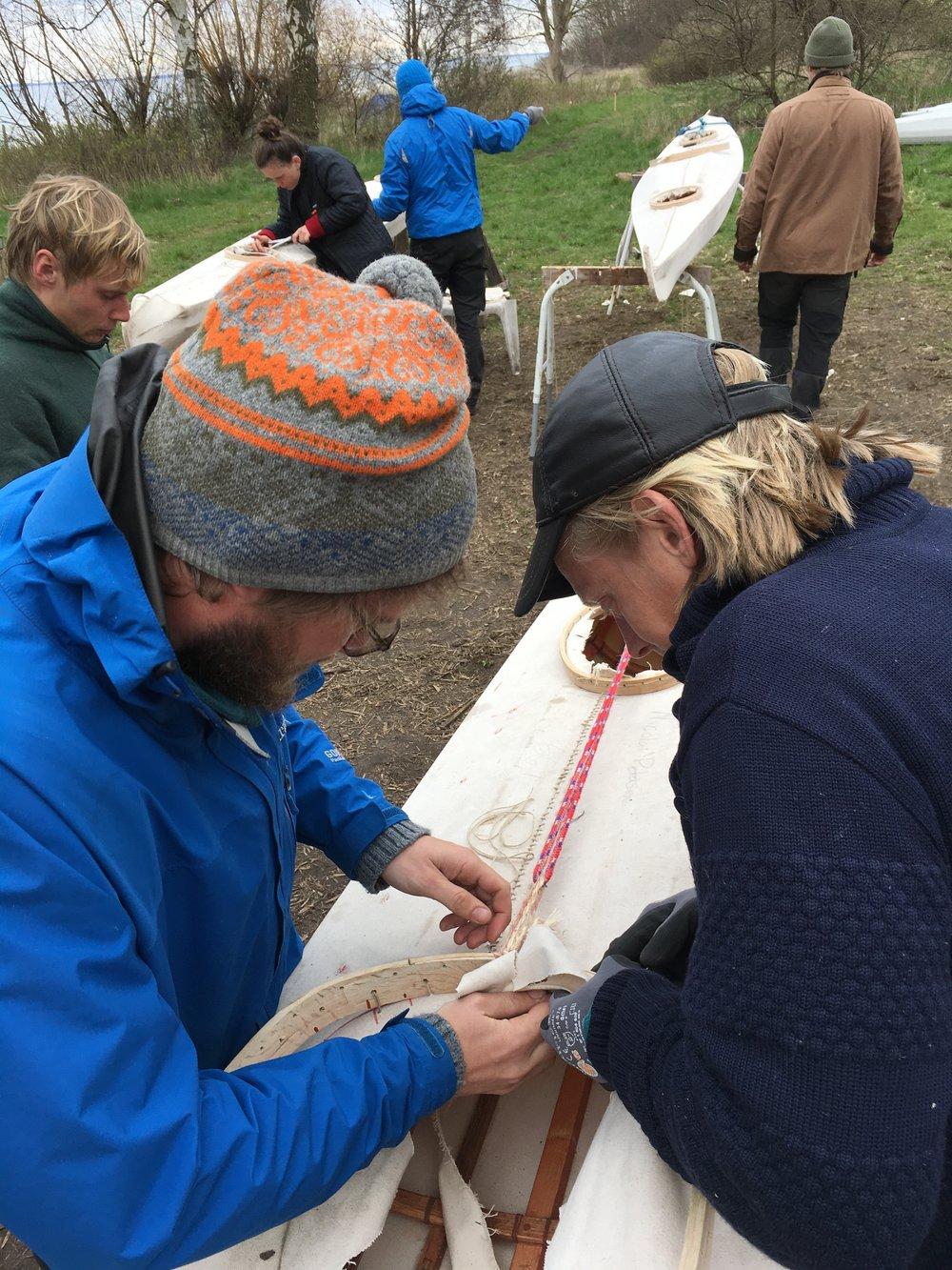 På Paul Petersens Idrætsinstitut bygger man sin egen kajak - med en god del hjælp fra andre!