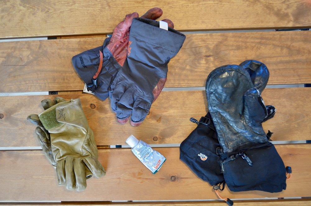 Tre par handsker klar til læderfedt.