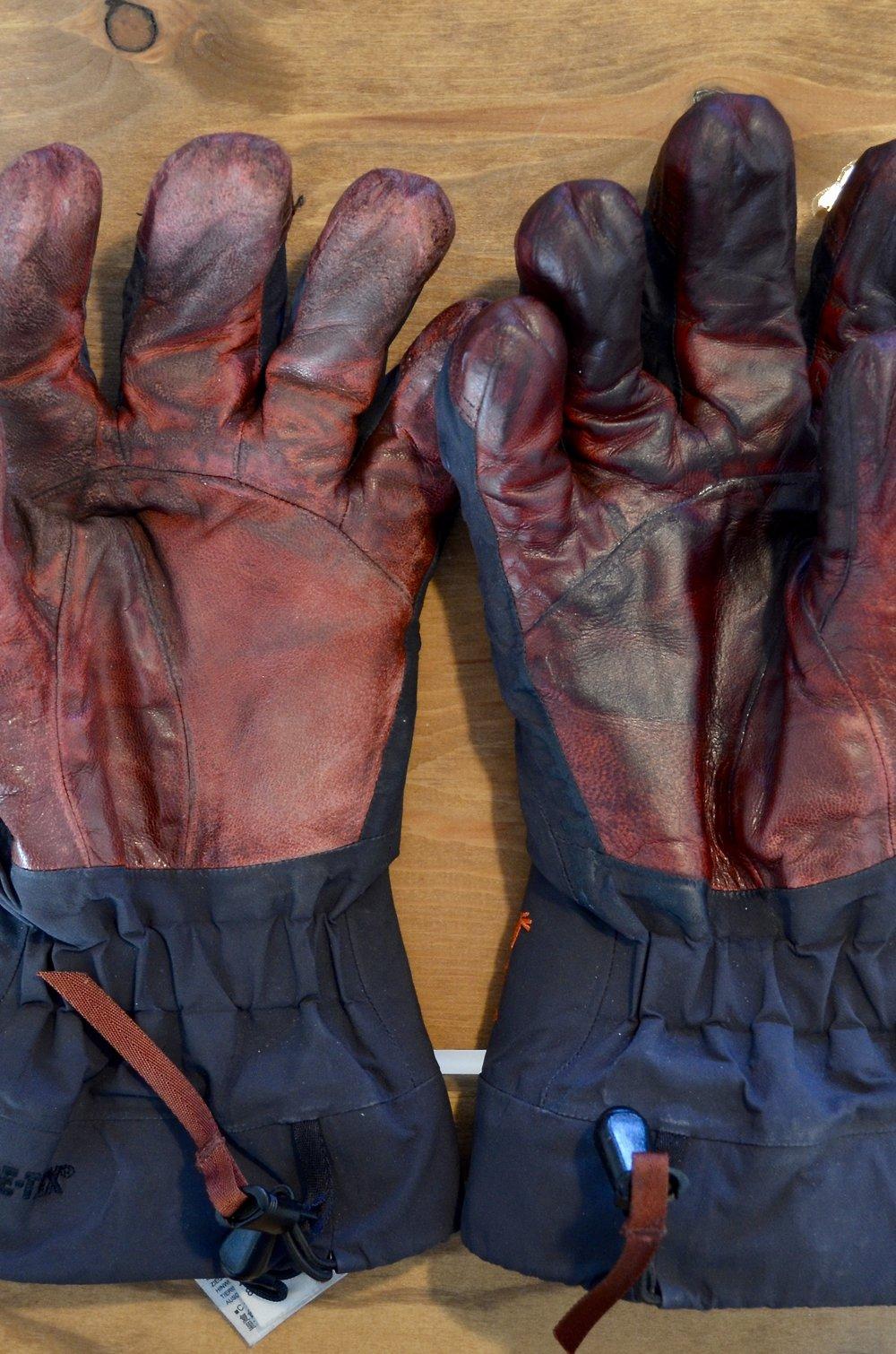 Før og efter - det fremgår tydeligt at handsken til højre er smurt ind i fedt