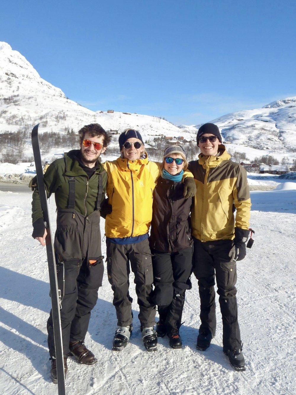 Holdet fra venstre: Jens, Fiki, Line og Noah - alle udstyret med formidable solbriller  Foto: Johanne Rose Conrad