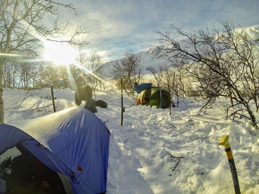 Vores nat i en skov - ren eventyrstemning. Her ses også hvordan vi bruger bl.a. vores ski som pløkke til teltet.