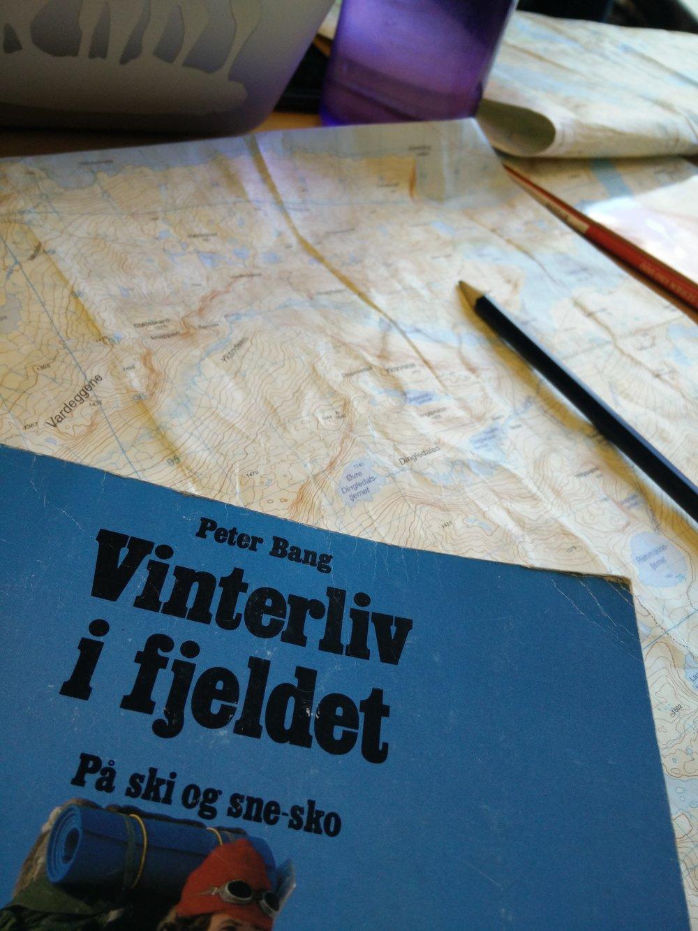 Planlægning af det halve eventyr. Vi blev inspireret af Peter Bangs gamle bog 'Vinterliv i fjeldet'.