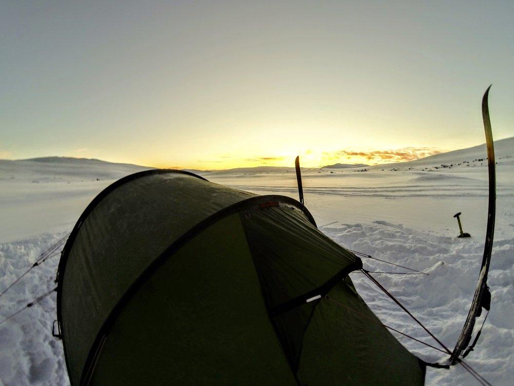 Solnedgang ved teltet den første nat i toppen af  Dingledalen