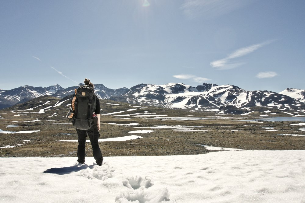 Johanne kigger ud over søerne  Grisletjønne  på turens sidste dag.