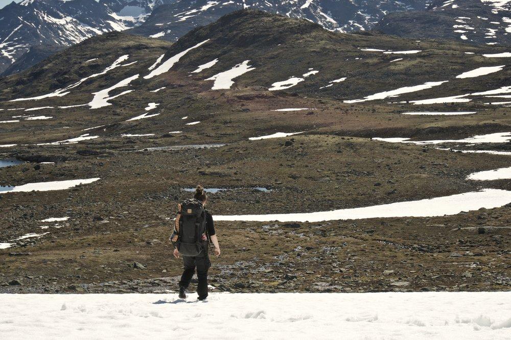 Johanne på vej ned over turens sidste stykke sne