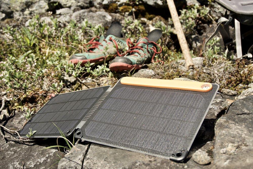 Mit nyerhvervede  BioLite Solarpanel 10+  suger solens energi til sig under en pause. I baggrunden ses mine   Inov8 Trailroc 150