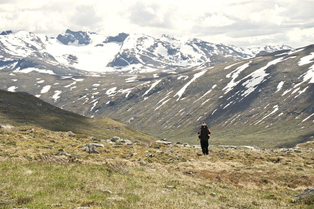 Ned mod  Storådalen  med  Slettmarkpiggen  som den hvide top i baggrunden.
