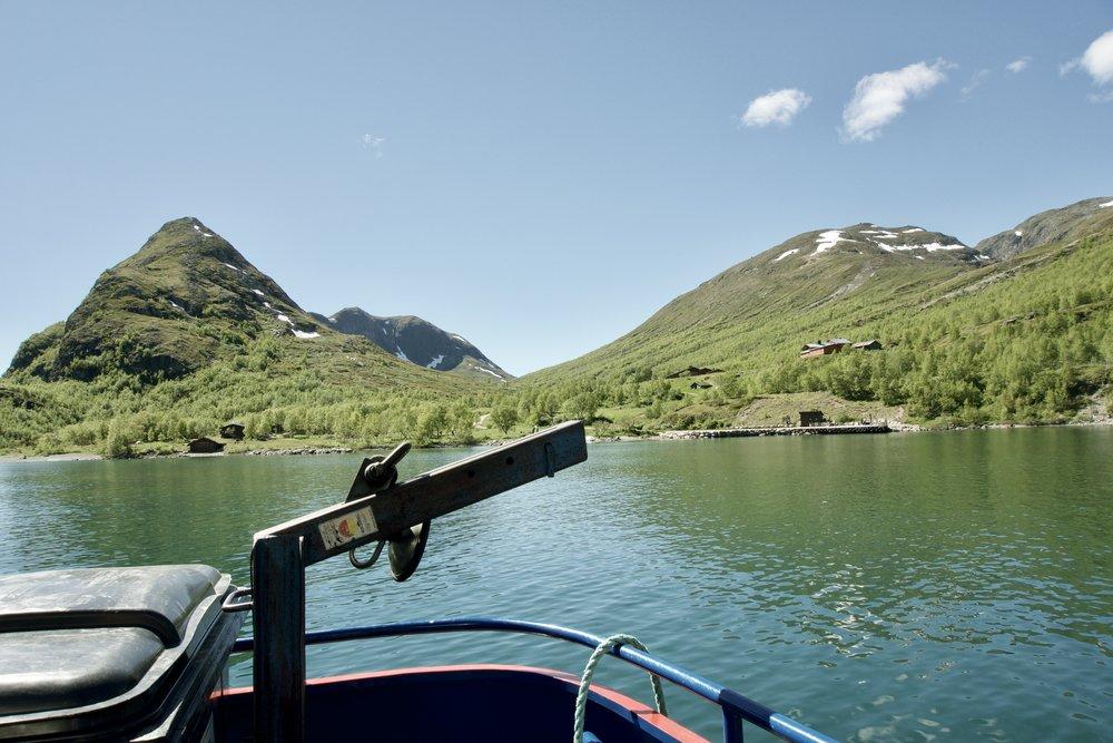 Båden ankommer til den grønne  Memurudal