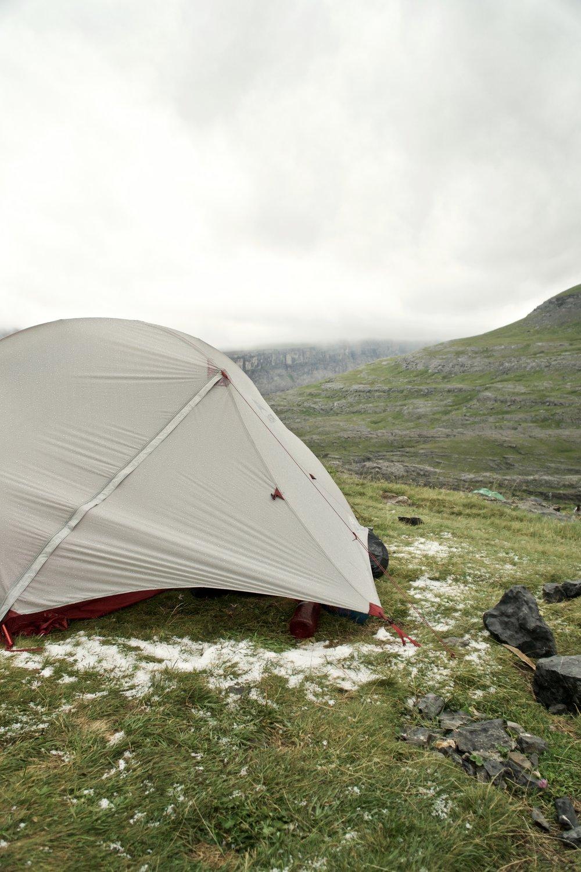 Haglene ligger fint og hvidt ude foran teltet.