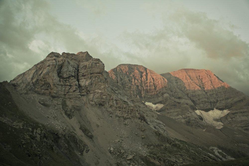 Morgensol på  Picos de Astazu.  Passet yderst til venstre var der hvor vi gik over.