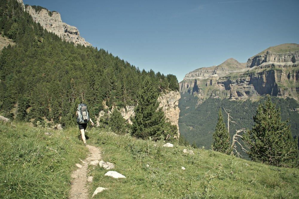 På vej ud af dalen, denne gang på en sti i højderne.