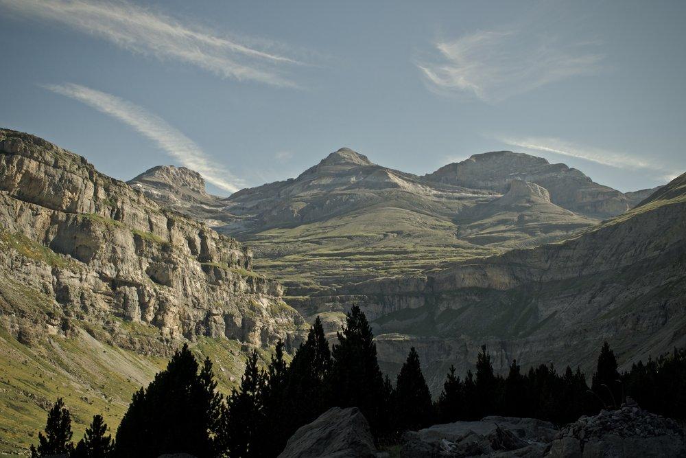 I bunden af  Valle de Ordesa  står Pyrenæernes tredjehøjeste bjerg  Monte Perdido  på 3348 moh